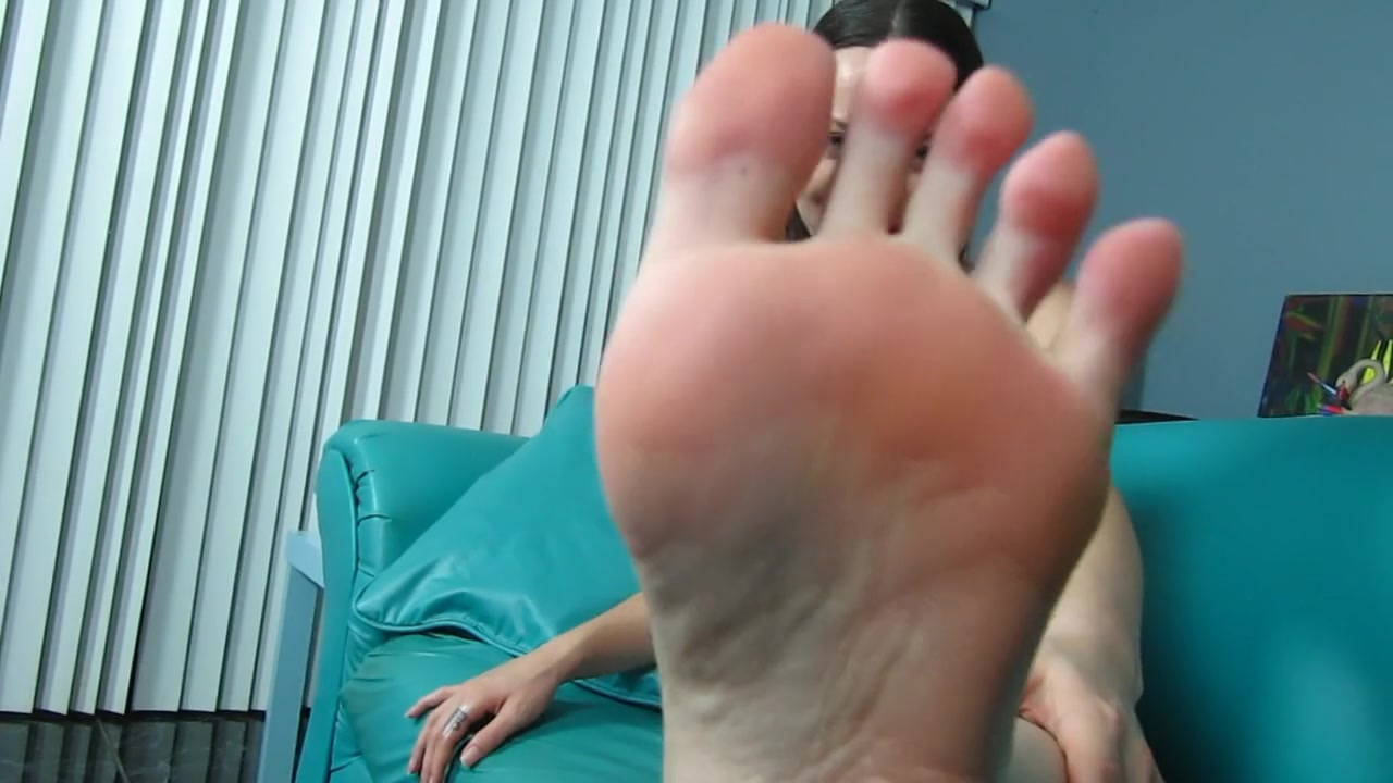 WORSHIP KANDII'S SWEATY STINKY FEET & SMELLY SOCKS